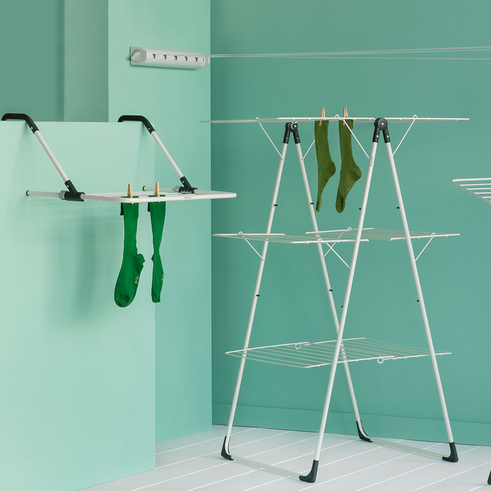 Tower drying rack, retractable clothesline and door-mounted drying rack from Brabantia: handy and space-saving.